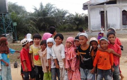 Anak-anak sedan bermain di salah satu TPA di Kecamatan Rundeng